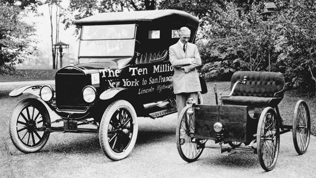 1896 yılında Henry Ford, üretilmiş olan 10 milyonuncu Model T ve Quadracycle ile birlikteyken.