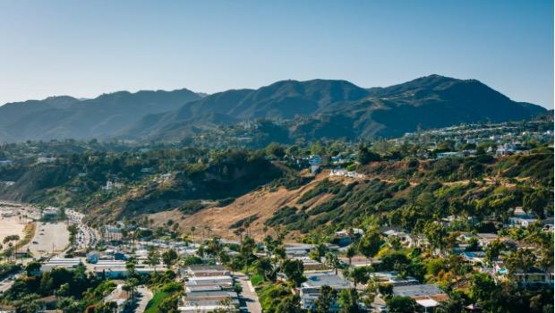 Spiegel, Malibu'nun hemen yanındaki gösterişli bir Los Angeles bölgesi olan Pasifik Palisades'te büyüdü. İki avukatın büyük çocuğu olarak hayata geldi ve lisedeyken ailesi boşanma kararı aldı.