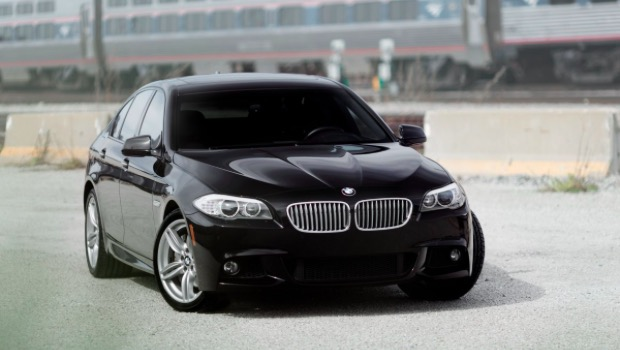 """Red Bull şirketinin pazarlama biriminde staj imkanı bulduğunda Spiegel, şehir içinde daha az yakan bir araç kullanmaya karar verdi. 2008 yılında ailesine yazdığı bir mektupta, kendisi için fiyatı yaklaşık 75,000 dolar olan bir BMW 550i istedi. """"Arabalar beni çok mutlu etti. Bana değer verdiğiniz için çok teşekkür ederim ve bu BMW hediyeniz için çok çalışacağımdan emin olabilirsiniz."""" diye ailesine yanıt bile yazmıştı."""