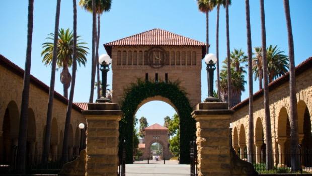 Stanford'dayken bir aile dostu Spiegel'in girişimcilik ve girişim sermayesi üzerine bir lisans üstü dersine girmesine izin verdi. Bu sınıftayken Google CEO'su Eric Schmidt ve YouTube ortak kurucusu Chad Hurley gibi teknoloji armatürlerinin konuşmalarını dinleme fırsatına sahip oldu.