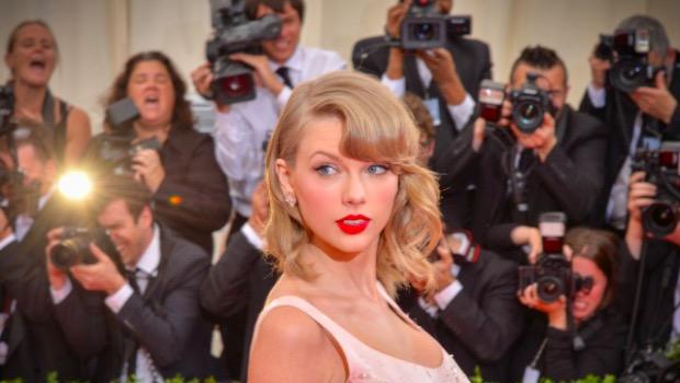 Spiegel, kısa bir süre de olsa şarkıcı Taylor Swift ile romantik bir ilişki yaşadı. İkili Aralık 2013'te bir yılbaşı partisinde tanışmıştı.