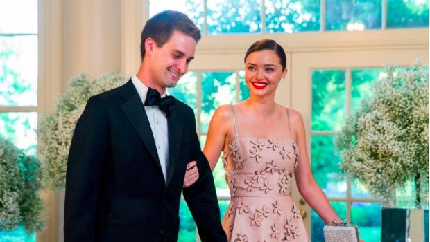 Daha sonra ikilinin ilişkisi hızlı ilerledi ve Temmuz 2016'da nişanlandıklarını açıkladılar.